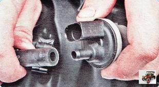 отсоедините от электромагнитного клапана продувки адсорбера шланг впускного коллектора