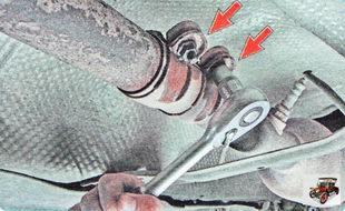две гайки болтов крепления стяжного хомута приемной трубы глушителя