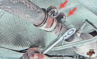 гайки болтов крепления стяжного хомута выпускного трубопровода части глушителя