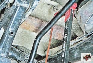 распилите трубу основного глушителя по центральной метке