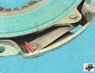 осмотрите соединительные звенья кожуха и диска сцепления