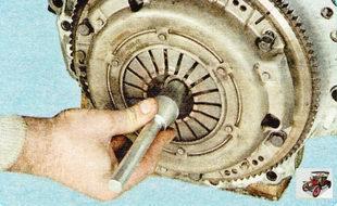 с помощью оправки установите ведомый диск сцепления