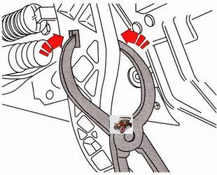 отсоедините наконечник штока главного цилиндра от педали сцепления