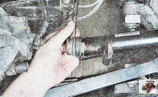 выведите пальцы шарниров из отверстий штанги стабилизатора