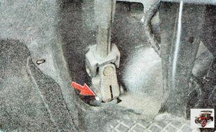 болт клеммового соединения рулевой колонки и вала рулевого механизма
