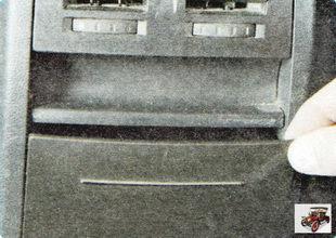 Пепельницы сзади также расположены в гнезде облицовки тоннеля пола