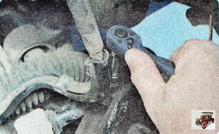 болт крепления держателя жгута проводов рулевого механизма