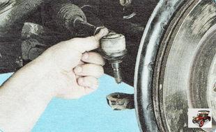 выпрессуйте палец наружного наконечника рулевой тяги из рычага поворотного кулака