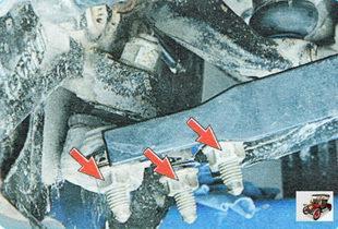 гайки крепления шаровой опоры к нижнему рычагу