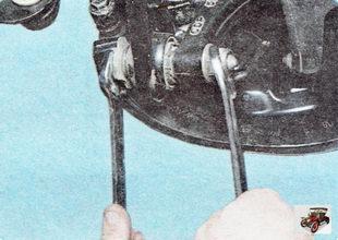 болт крепления переднего поперечного рычага к кулаку задней подвески