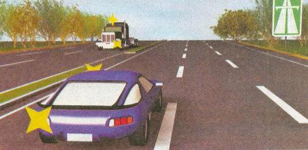 Водитель грузовика с включенным проблесковым маячком в данной ситуации имеет право развернуться, а водитель легкового автомобиля — нет...