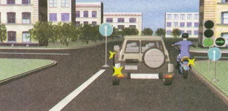 В данной ситуации временный дорожный знак 4.1.1 «Движение прямо» на переносной стойке изменяет установленный режим движения...