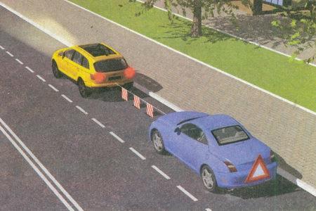 При отсутствии или неисправности аварийной световой сигнализации на буксируемом механическом транспортном средстве на его задней части должен быть закреплен знак аварийной остановки.