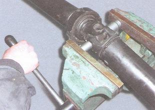 выпрессовка подшипника крестовины из вилки карданного шарнира