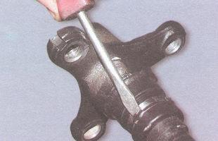 стопорные «усы» обоймы сальника фланца переднего карданного вала