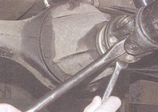 гайки болтов крепления фланца карданного шарнира к фланцу ведущей шестерни