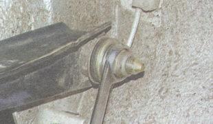 гайка крепления оси верхнего рычага подвески
