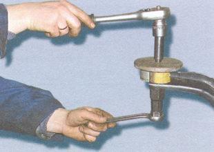 выпрессовка сайлентблока из верхнего рычага передней подвески