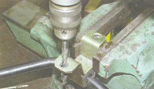 удалите развальцовку в соединении внутренней и наружной скоб кронштейна