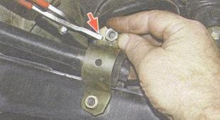 установка скоб крепления втулок стабилизатора поперечной устойчивости