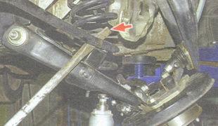 отодвиньте монтажной лопаткой штангу стабилизатора