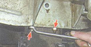 гайки вертикальных болтов крепления поперечины к лонжеронам