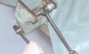 выпрессовка распорной втулки из шарнира штанги
