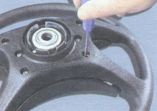 винты крепления выключателя звукового сигнала