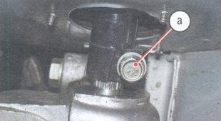 а - стяжной болт клеммового соединения вала рулевого управления