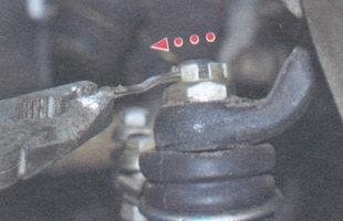 расшплинтуйте гайку наконечника рулевой тяги