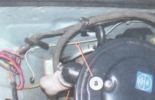 а - тормозная трубка контура привода передних тормозов (по щиту передка до правого брызговика)