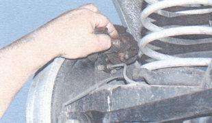 штуцер колесных цилиндров задних тормозных механизмов