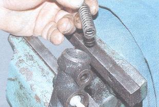 возвратная пружина поршня привода передних тормозов
