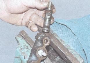 поршень привода передних тормозов