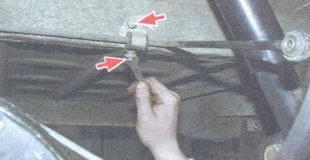 гайки крепления скобы рычага к кузову
