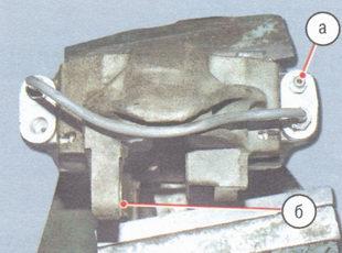 а - штуцер для прокачки, б - привалочная поверхность суппорта