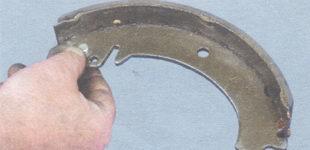 палец рычага привода стояночного тормоза