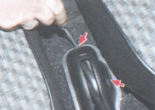 винты крепления чехла рычага привода стояночного тормоза
