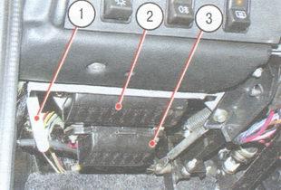 1 - рычаг привода замка капота; 2 - основной блок предохранителей; 3 - дополнительный блок предохранителей