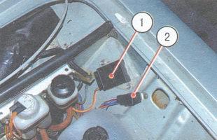 1 - регулятор напряжения; 2 - реле включения вентилятора радиатора системы охлаждения двигателя