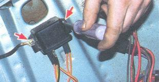 винты крепления реле контрольной лампы заряда аккумуляторной батареи ваз 2106