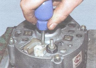 винт крепления щеткодержателя генератора