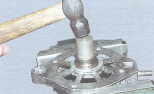 выпрессовка переднего подшипника вала ротора из передней крышки генератора