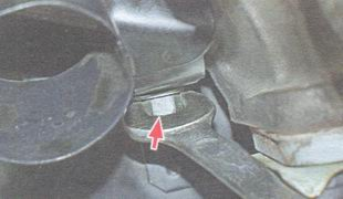 нижняя гайка крепления воздухозаборника