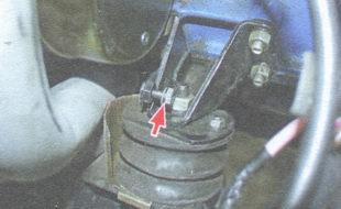 приварная гайка на кронштейне правой опоры двигателя
