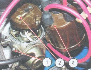 1 - винт на корпусе трамблера, 2 - наружный контакт ротора, а - метка на крышке трамблера