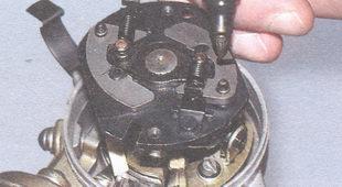 пружины центробежного регулятора опережения зажигания и грузики
