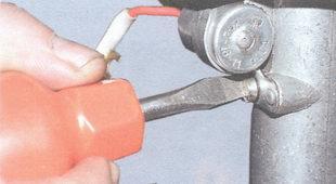 винт крепления конденсатора к корпусу трамблера