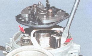 винты крепления контактной группы к подвижной пластине распределителя