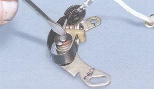 стопорная и плоская изолирующие шайбы контактной группы трамблера